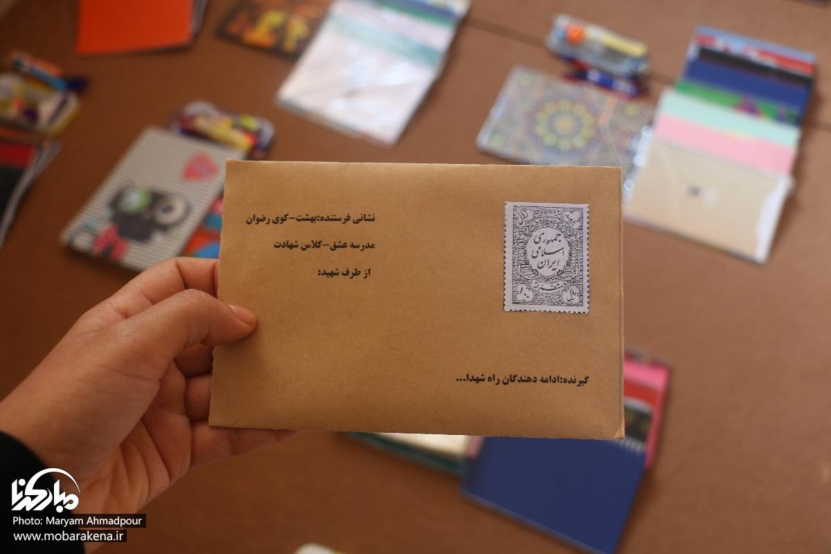 تصاویر اهدای لبخند به دانش آموزان نیازمند با بسته های لوازم التحریر